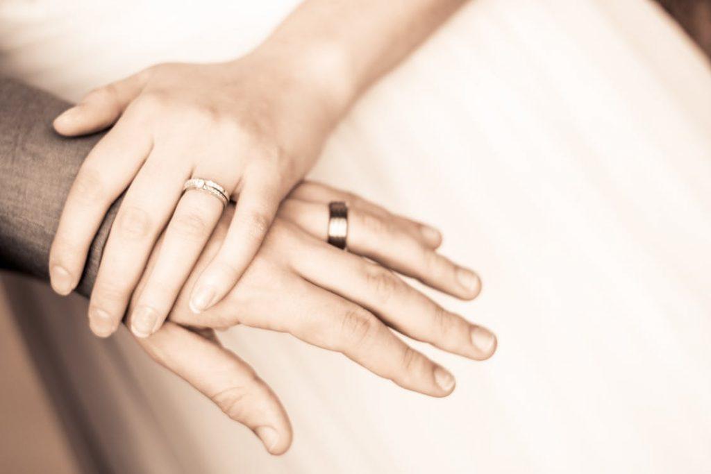 指が太くても似合うデザインはある?!結婚指輪の悩み