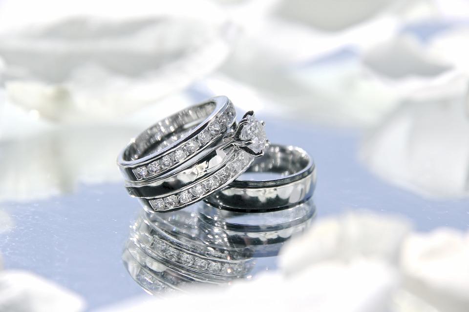 結婚指輪・婚約はやっぱりダイヤ?カラット別のお値段情報