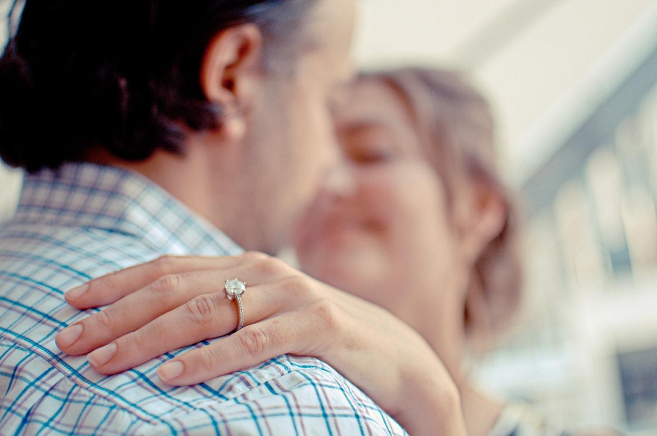 結婚指輪が小さくてきつい…こんな時、どうしたらいいの?