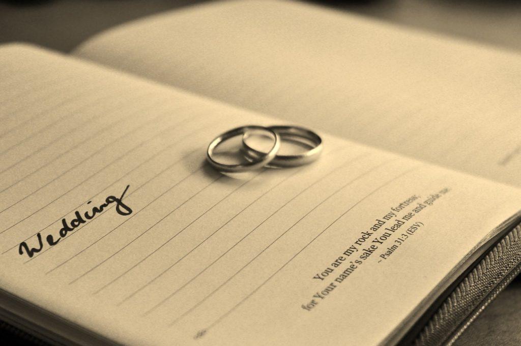 チタン製の結婚指輪は危険?安い反面デメリットも